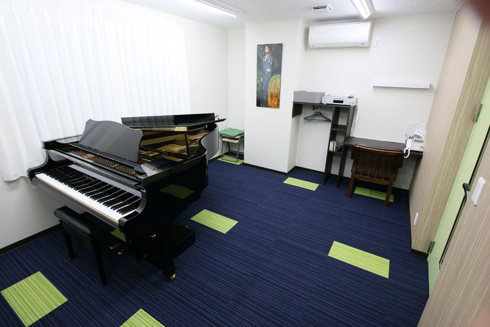 音楽教室の防音室とピアノ