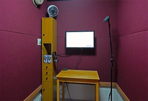 モニターのある録音室