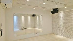 大きな鏡のある白い防音スタジオ