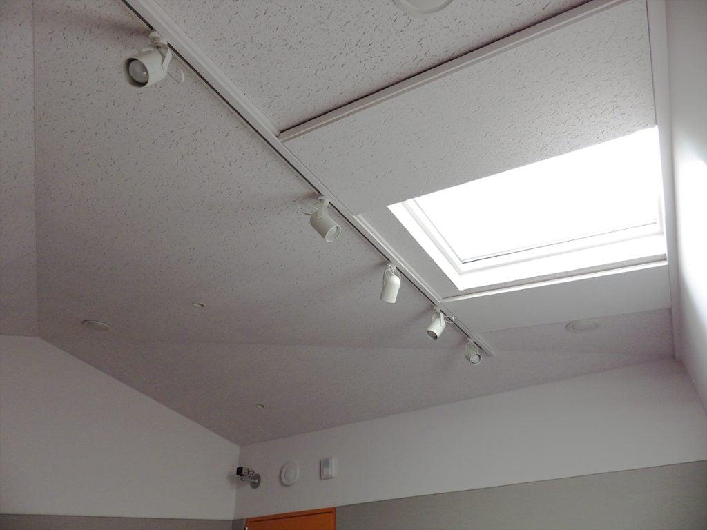 白いスタジオの天井