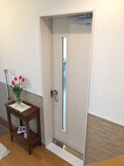 廊下から見た防音扉