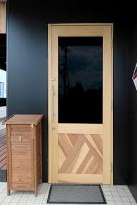 カフェのイメージに合わせた特注のドア