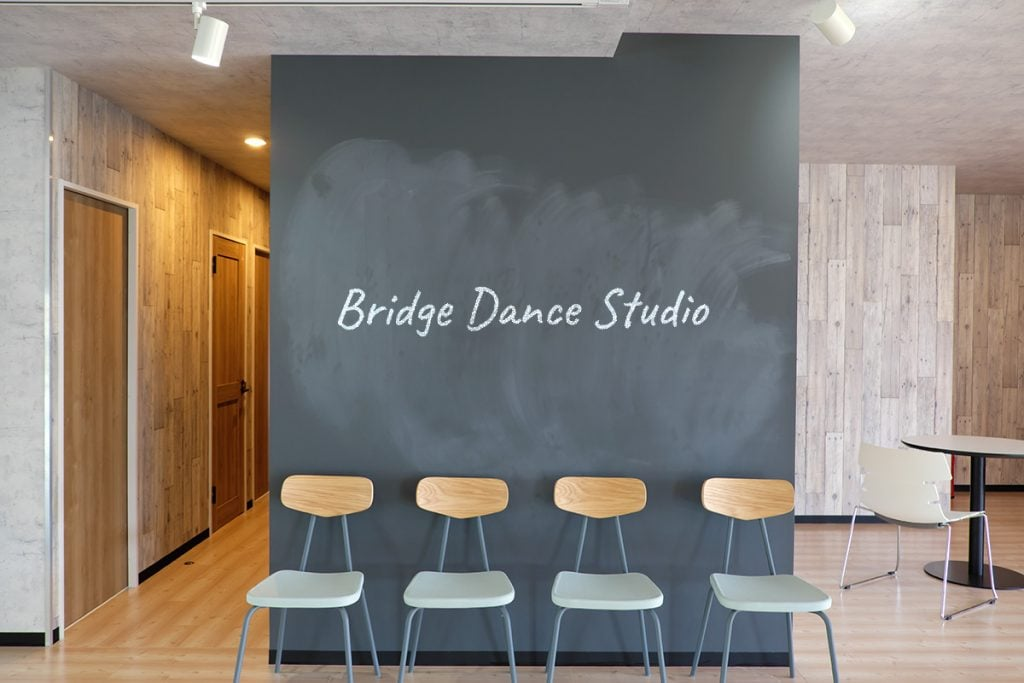 Bridge Dance Studioと書かれた黒板のあるダンススタジオ