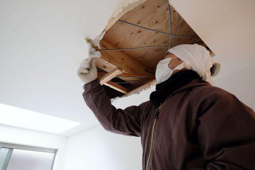 天井の解体作業