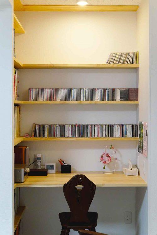 音楽棚と机と椅子