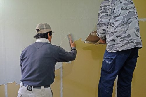 左官による塗り作業
