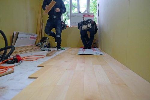 無垢材の床の貼り作業